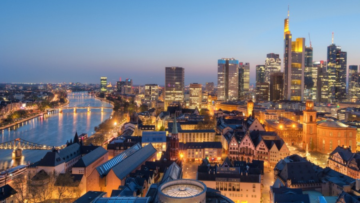 Blick-vom-Dom-auf-die-Schirn-Neue-Altstadt-mit-Skyline-und-Roemer-bei-Nacht_front_magnific